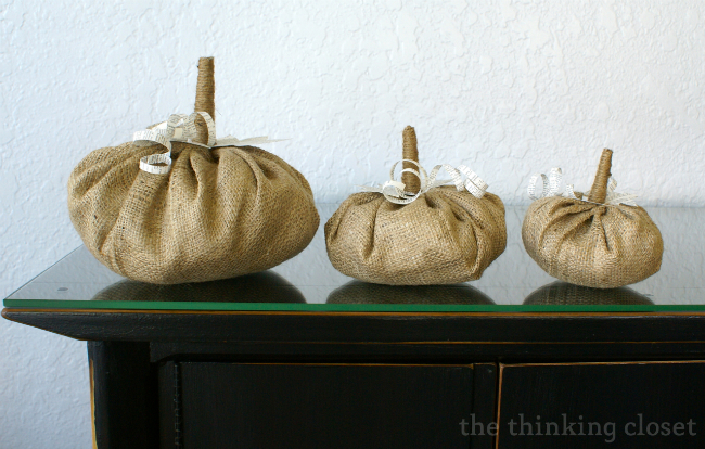 Easy fall decor: make your own burlap and book page pumpkins.  Tutorial by thinkingcloset.com