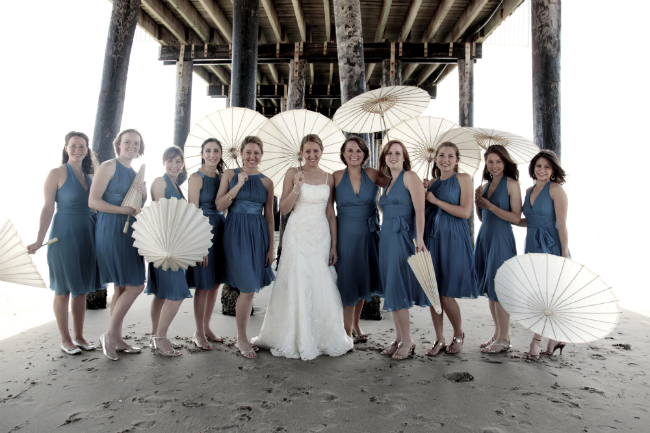 Cream paper parasols make beach photos all the more whimsical!  via thinkingcloset.com
