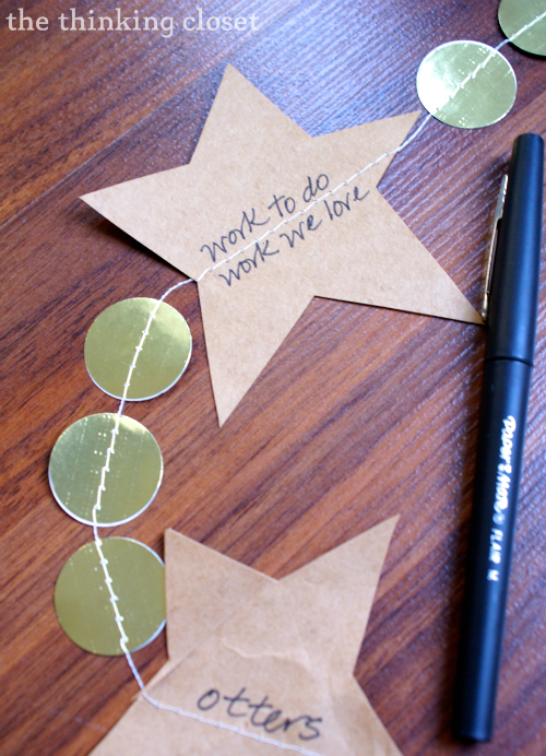 Count your blessings on a Gratitude Garland!  Quick n' easy Thanksgiving decor!  via thinkingcloset.com