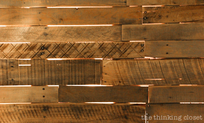 Backlit DIY Pallet Headboard via thinkingcloset.com