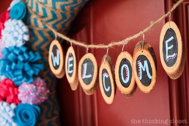"The cutest mini woods slices you ever did see!  They make a fantastic ""Welcome"" banner on this spring felt flower wreath!  via thinkingcloset.com"