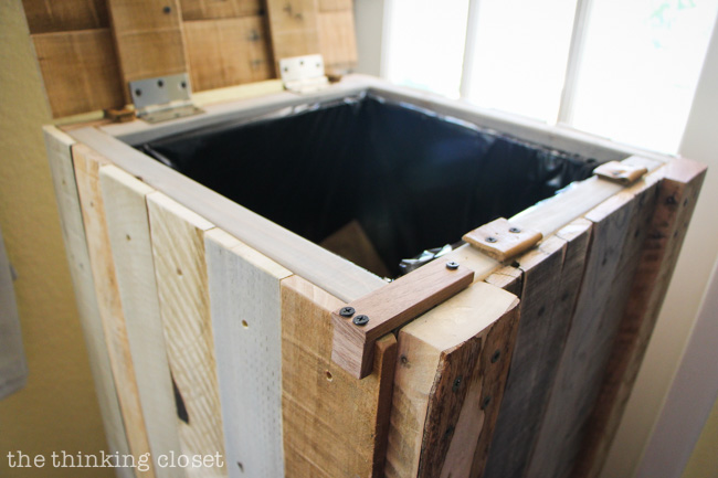 Recycling pallets into a rustic recycle bin the thinking - Palette recyclee ...